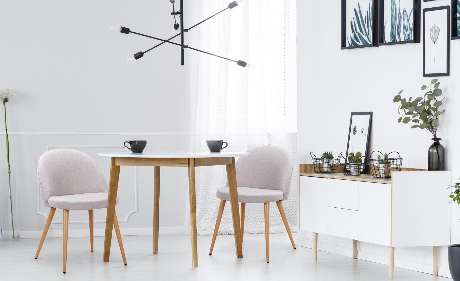 Set van 2 Scandinavische Maury stoelen in lichtgrijze stof