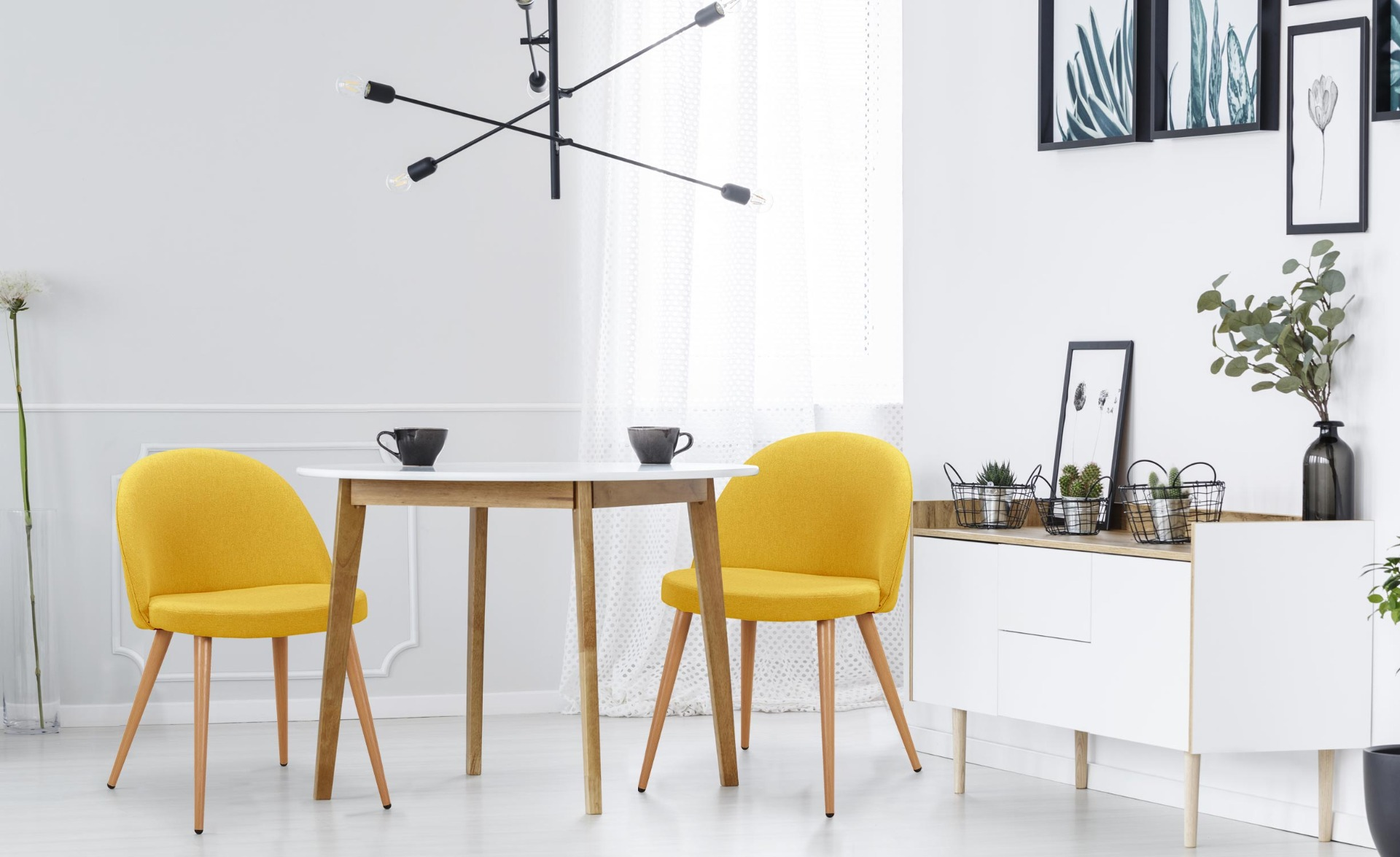 Set van 4 Scandinavische stoelen Maury gele stof