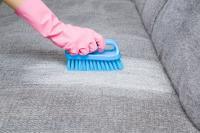 Hoe verwijdert u een aureool van een stoffen zitbank?